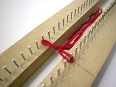 Já viu como é fácil tecer no tear com pregos? Não? Então veja agora como é simples aprendendo vários pontos. É mais fácil do que você imagina. Mais Textiles, Rag Quilt, Quilts, Teneriffe, Tips & Tricks, Yarn Bombing, Recycle Plastic Bottles, Weaving Patterns, Loom Knitting