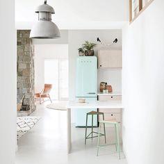 Vi digger hvordan Charlotte bruker mintfargen i hjemmet sitt  Se mer i månedens rom123. Foto: Eve Wilson/Bulls #rombesøker #rom123 #boligreportasje #hjemmehos #kjøkken #kitchen #mint #smeg #interiør #interior
