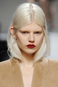 Shake it out. : Shake it out. Messy Hairstyles, Straight Hairstyles, Modelo Albino, Medium Hair Styles, Short Hair Styles, Catwalk Makeup, Runway Hair, High Fashion Makeup, Model Face