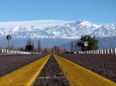 Das estradas que cortam a região de Mendoza, na Argentina, é possível ter visões belíssimas das montanhas nevadas dos Andes