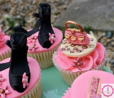 Pretty in Pink Hen Party Cupcakes Fondant Cupcakes, Yummy Cupcakes, Cupcake Cookies, Vanilla Bean Cupcakes, Vanilla Buttercream, Themed Cupcakes, Party Cupcakes, Hen Party Cakes, Cupcake Wars