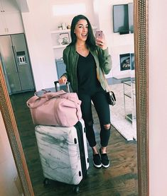 Want the marble suitcase and pink duffle bag. Want to be on that travel life hustle Winter Outfits, Casual Outfits, Fashion Outfits, Fashion Fashion, Jeanine Amapola, Travel Attire, Travel Ootd, Airplane Outfits, Rocker Girl