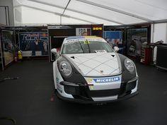 Altra bella immagine di una signora delle corse Porsche in pista