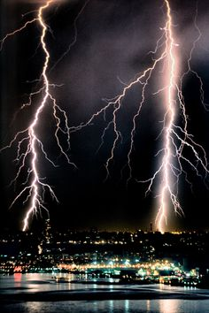"""""""If nature has anymore furry, it could be lights out in the five boroughs of New York City tonight."""" Electrical storm - New York City Ride The Lightning, Thunder And Lightning, Lightning Strikes, Lightning Storms, All Nature, Science And Nature, Amazing Nature, Pictures Of Lightning, Storm Pictures"""