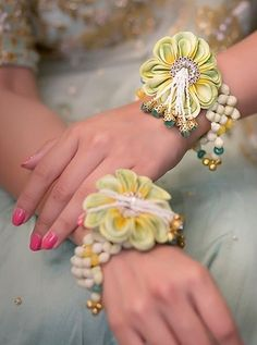 A floral bracelet band for mehendi. Flower Jewellery For Mehndi, Flower Jewelry, Gold Jewellery, Branded Jewellery, Jewellery Shops, Hand Jewelry, Jewelery, Silver Jewelry, Bridal Accessories