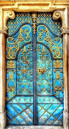 Russian doors fit for a czar...Bela porta na Rússia. Fotografia: Bellasecretgarden.