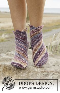 Knitted DROPS socks in garter st worked diagonally in Fabel. Free pattern by DROPS Design. Knitted Slippers, Crochet Slippers, Knit Crochet, Drops Design, Knitting Patterns Free, Free Knitting, Free Pattern, Scarf Patterns, Point Mousse