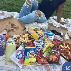 We need to have a picnic like this ASAP! We need to have a picnic like this ASAP! Picnic Date, Summer Picnic, Picnic Pictures, Romantic Picnics, Romantic Night, Romantic Things, Cute Date Ideas, Dream Dates, Jolly Rancher