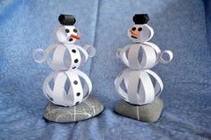 """Pokud u vás letošní zimu moc nenasněžilo a vy rádi stavíte sněhuláka, nezoufejte! Můžete si jednoho """"postavit"""" z papírových proužků. Výslednou postavičku můžete někam zavěsit nebo postavit jako dekoraci. Jelikož ale sněhulák nemá nohy, je potřeba mu do břicha vložit kamínek, aby neupadl. Případně do něj můžete vložit například bonbony a budete tak mít originální … Winter Crafts For Kids, Olaf, Quilling, Snowman, Diy And Crafts, Bambi, Disney Characters, Ms, Paper"""