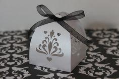 Caixinha com corte especial, ideal para bem casados, brownies, amêndoas, macarons e pequenos doces.    Tamanho da Base: 6x6 cm    Pedido mínimo de 50 unidades R$ 1,35