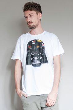 O intergaláctico Darth Vader tem um passaporte para lá de carimbado.  Leve a camiseta Darth Vader na sua mala também!