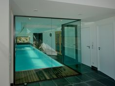 La piscine intérieure par l'esprit piscine 12 x 2,50 m Revêtement blanc Margelles et plage en céramique Trophée d'Argent FPP 2014 de la piscine intérieure