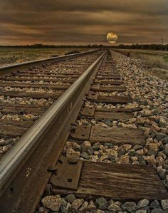 always think of my man when i see train tacks. the railroad life. Cool Pictures, Cool Photos, Beautiful Pictures, Beautiful Moon, Beautiful Places, Line Photography, Railroad Photography, Shoot The Moon, Old Trains