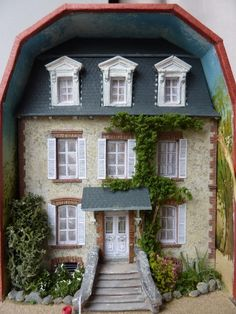Maison en coffret. Home in a box. Dollhouse. Three stories. Diorama. Double front door. Stone steps. Climbing ivy