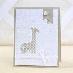Savanne und Weiß, kleine Giraffe alleine auf einem geprägten Hintergrund, mit Fähnchen und Schleife,schön mit Buchstabensalat