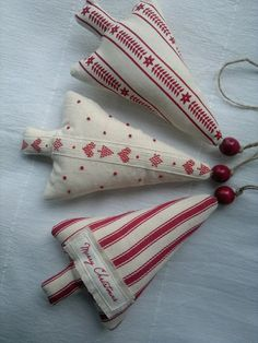 Natale: alberi di stoffa - Set of Three Red and White Christmas Tree Fabric Ornament /Hanging Decoration. via Etsy. Christmas Makes, Noel Christmas, Primitive Christmas, White Christmas, Handmade Christmas, Vintage Christmas, Simple Christmas, Christmas Sewing, Christmas Fabric