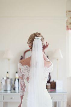 Love this bride's elegant wedding veil | http://www.weddingpartyapp.com/blog/2014/09/24/dos-donts-bridal-accessories/