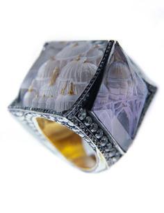 Ist die Anfertigung von Schmuck ohnehin eine äußerst riskante Angelegenheit, bedeutet jeder Fehler im Bearbeiten der teuren Steine und fragilen Metallfassungen doch den Verlust eines kleinen Vermögens, so treibt Sevan Bıçakçı seine Fragilarbeit seit seiner ersten eigenen Kollektion 2002 auf die vergoldete Spitze.