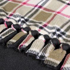 Trendy diy baby blanket tutorial no sew fleece 44 ideas Fleece Blanket Edging, Fleece Tie Blankets, No Sew Blankets, Flannel Blanket, Tie Knot Blanket, Braided Fleece Blanket Tutorial, Fuzzy Blanket, Fabric Crafts, Sewing Crafts