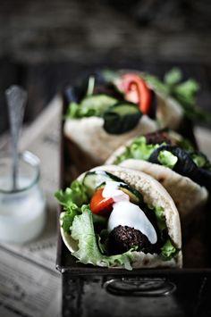 Pratos e Travessas: Falafel integral de feijão preto # whole wheat, black bean falafel   Food, photography and stories