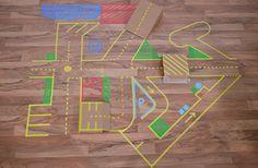 Die Spiellandschaft lässt sich ganz einfach mit Washi Tape basteln. Hierfür brauchst Du nur Masking Tape und Kartons. Nach dem Spielen lässt sich alles rückstandlos entfernen.