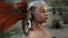 La production de la série dérivée et préquelle de Game of Thrones, House of the Dragon, a déjà commencé et les résultats de cette nouvelle phase de la série viennent de prendre forme. Via Twitter, via Film Updates, les premières images de la série ont été partagées montrant le premier aperçu de la famille Targaryen. Regardez ! Dans les images de la série il est possible de voir Matt Smith et Emma D'Arcy qui #HouseofTheDragon