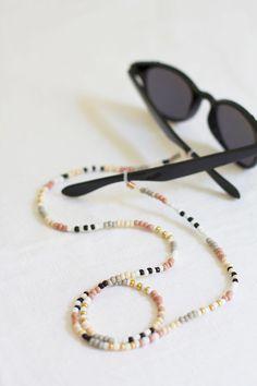 DIY beaded sunglasses chain / The 15 DIY you need Simple Jewelry, Diy Jewelry, Beaded Jewelry, Jewelery, Handmade Jewelry, Jewelry Making, Beaded Bracelets, Luxury Jewelry, Jewelry Accessories