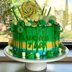 """Mine matminner on Instagram: """"Nabogutten ønsket seg en en grønn kake. Det ble en sjokoladekake fylt med sjokolademousse, dekorert med smørkrem i tre farger og toppet med…"""" Birthday Cake, Desserts, Food, Tailgate Desserts, Deserts, Birthday Cakes, Essen, Postres, Meals"""