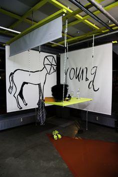Outsourcing Performance @ Showroom MAMA is een speeltuin voor volwassenen.