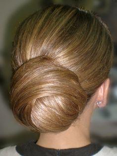 Galería de Recogidos Bajos de Novia de Centro PeinArte Low Chignon Bun, Ponytail, Party Hairstyles, Bride Hairstyles, Bridal Hair Updo, Hair Locks, Elegant Updo, Hairspray, Love Hair