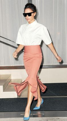 Victoria Beckham keeps wearing the lilac and pale blue shoes from her spring/ summer 2018 collection. See how she is wearing the unlikely pumps! Moda Victoria Beckham, Victoria Beckham Outfits, Victoria Beckham Style, Fashion Line, Star Fashion, Daily Fashion, Womens Fashion, Vic Beckham, Pink Pencil Skirt