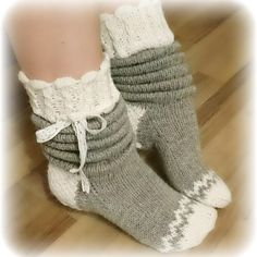 Slouchy Socks to Knit in Bulky Yarn Wool Socks, Knitting Socks, Baby Knitting, Crochet Slippers, Knit Crochet, Woolen Clothes, Knit Shoes, Slipper Socks, Knitted Bags