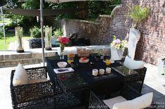 Un jardin d'extérieur où il fait bon se ressourcer l'été Outdoor Spaces, Summer Time, Table Decorations, Projects, Home Decor, Nature, Garden, Terraces, Beautiful Gardens