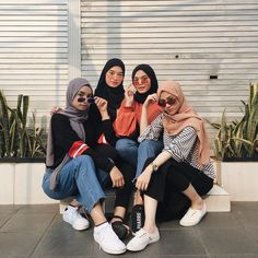 23 Super ideas fashion photography poses girls ins Fashion Photography Poses, Clothing Photography, Fashion Poses, Fashion Outfits, Muslim Fashion, Modest Fashion, Trendy Fashion, Model Workout Plan, Hijab Fashion Inspiration