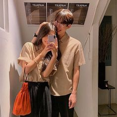 Everything about the Couple Look trend and more Similar outfits ideas here on our blog ! #couplelook #korean #outfits Teen Couples, Cute Couples Photos, Cute Couples Goals, Cute Anime Couples, Cute Couple Videos, Cute Couple Pictures, Ulzzang Couple, Ulzzang Girl, Cute Korean