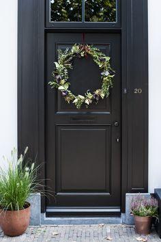 DIY: Autumnal wreath for the door Diy Fall Wreath, Autumn Wreaths, Fall Diy, Scandinavian Garden, Belle Plante, Green Art, Rain Shower, Wooden House, Patio Design