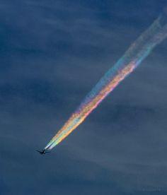 虹色の飛行機雲。 彩雲をくぐったその飛行機は、五色の雲をひいて飛んでゆきました。 (山梨県忍野村...