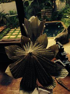 Book paper Proteas Diy Paper, Paper Art, Paper Crafts, Paper Flowers Craft, Flower Crafts, Book Folding, Paper Folding, Diy And Crafts, Arts And Crafts