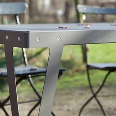 Give Your Rooms Some Spark With These Easy Vintage Industrial Furniture and Design Tips Do you love vintage industrial design and wish that you could turn your home-decorating visions into gorgeous reality? Industrial Design Furniture, Urban Furniture, Steel Furniture, Unique Furniture, Furniture Projects, Kids Furniture, Furniture Design, Metal Sheet Design, Sheet Metal