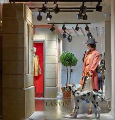 A Marca Lanvin trouxe um conceito na qual o observador experimenta a sensação de a vitrine na vitrine e desta forma fica claro quem é o público da marca que deseja e transita na frente de suas peças #vm #design #decoração #varejo #loja  #visualmerchandising #moda #manequim #atacado #vitrinismo #vitrine #arquitetura #fashion #oscarfreire #verao2016 #decoração #fashion #stylist #bomretiro #sale #retail by vitrinismo
