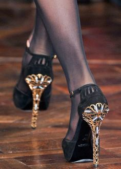 sexy black and gold pumps- love