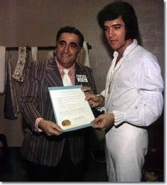 Elvis Presley : Receiving a proclamation from the state of Hawaii.