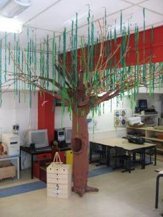 Boom, van paal in de kring een lenteboom maken met bruin beschilderde stof