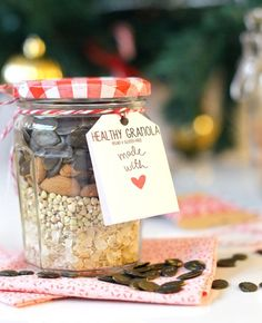 Cadeau gourmand : kit granola homemade (vegan, sans gluten) www. Diy Food Gifts, Edible Gifts, Jar Gifts, Mason Jar Meals, Meals In A Jar, Kit Cookies, Marie Claire, Granola, Sos Recipe