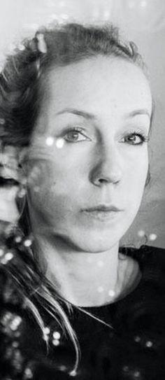 Iris Van Herpen é uma designer de moda, o seu trabalho caracteriza-se como uma visão moderna da Alta Costura, os seus trabalhos representam a reciprocidade entre o artesanato e a inovação tecnológica digital usada tanto nas técnicas como nos materiais.  Estando sempre presente a contradição entre a beleza e a regeneração, sendo a sua forma de reavaliar a realidade e assim expressar a sua individualidade.