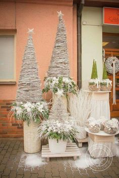 Simple, but elegant. Base, touch of white & green, add tree. Nordic Christmas, Outdoor Christmas, Christmas Art, Winter Christmas, Christmas Wreaths, Gold Christmas Decorations, Christmas Arrangements, Tree Decorations, Mery Crismas