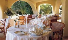 Restaurante Vila Joya, em Albufeira, premiado com 2 estrelas Michelin, considerado o 45º melhor restaurante do mundo. Table Settings, Table Decorations, Furniture, Home Decor, Top Restaurants, Stars, World, Decoration Home, Room Decor