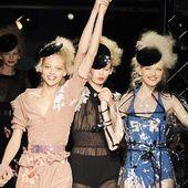 Des mannequins main dans la main, dansant et virevoltant sur le podium le sourire aux lèvres… Chaque final de défilé Sonia Rykiel se vivait comme une fête, avec pour seul mot d'ordre : la joie. Alors que la créatrice de la maison parisienne s'est éteinte ce jeudi 25 août, retour sur ces instants joyeux, réjouissants, débridés, devenus marque de fabrique.