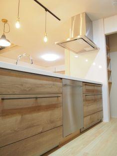 キッチン クリナップのシステムキッチンステディア 食洗機は大容量ASKOの食洗機を採用 思わず毎日の家事が楽しくなる空間に 奥様の思いがぎゅーっと詰まったキッチンの背面 家具職人nomawood工房さんによる製作オークの食器棚 引き出しの数や高さや使い勝手などなど…。 お施主様の思いを聞き…。 提案してたどり着いたベストのサイズ感 お客様のイメージ使い勝手を考えに考えて…。 それを家具職人さんに説明し、オーダーで製作 良い仕上がりになりました B.B.Nさん製作の持ち手がいい感じです。 家づくりと一緒にオーダー家具も製作します 食器棚上部は左官職人によるタイル張り タイルは平田タイルのタロス タイル上はグレー塗り壁でアクセント 食器棚と色合いを合わせた飾り棚棚受けは鍛冶屋職人B.B.Nさん製作 色んな職人さんの力が集結してかたちに…。 キッチン横に食品のストックを収納できるパントリー Track Lighting, Ceiling Lights, Storage, Home Decor, Purse Storage, Decoration Home, Room Decor, Larger, Outdoor Ceiling Lights