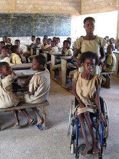 Dites OUI à cet enfant handicapé et permettez lui de continuer ses études comme les autres. Soyez au coeur de cette Action Humanitaire au Togo. Faites vos Dons maintenant. apape97@yahoo.fr